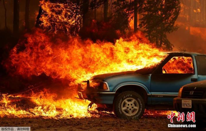 当地时间8月5日,山火肆虐过后,美国加利福尼亚州格林维尔镇大量建筑被焚毁。据当地工作人员介绍,大火烧毁了格林维尔的数十所房屋和企业,并继续向其他住宅社区蔓延。图为正在燃烧中的汽车。
