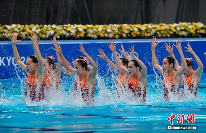 当地时间8月7日,在东京奥运会花样游泳团体自由自选比赛中,中国队得到97.3000分,加上此前技术自选得分,以总分193.5310分获得亚军,获得冠军的是实力强大的俄罗斯奥运选手队。中新社记者 杜洋 摄