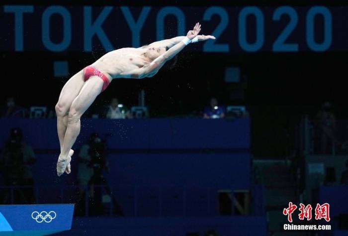 当地时间8月7日,东京奥运跳水收官日,曹缘以582.35分夺得男子十米跳台冠军,杨健获得亚军。这是中国代表团本届奥运会第38金,也是跳水队本届比赛第7金。<a target='_blank' href='http://www.chinanews.com/'>中新社</a>记者 杜洋 摄