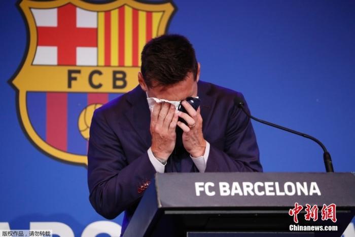 北京时间8月8日,阿根廷球星梅西在西班牙巴塞罗那诺坎普体育场举行发布会,现场说明了关于自己离开巴萨的相关问题。发布会现场,梅西情绪激动,几度哽咽落泪。图为梅西掩面落泪。