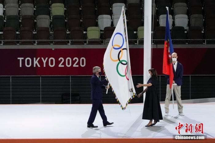 8月8日,第32届夏季奥林匹克运动会闭幕式在日本东京举行。图为国际奥委会主席巴赫(左)在闭幕式会旗交接仪式上将奥林匹克会旗交给巴黎市长伊达尔戈。 <a target='_blank' href='http://www.orbitpk.com/'>中新社</a>记者 杜洋 摄
