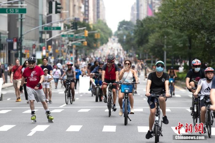 """当地时间8月7日,美国纽约举行""""夏日街道""""活动,期间曼哈顿部分街道禁止机动车通行,以供人们骑行、健身或参加临时设置的娱乐项目。"""
