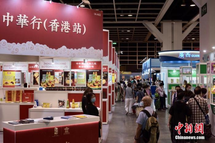 8月12日,五项展览吸引市民入场。 李志华 摄