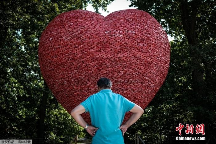 当地时间8月10日,法国波尔多,人们正在观看艺术家阿尔弗雷多·隆戈的一件艺术品,这是一颗由回收铝罐制成的心脏,旨在提高人们对气候变化的意识。