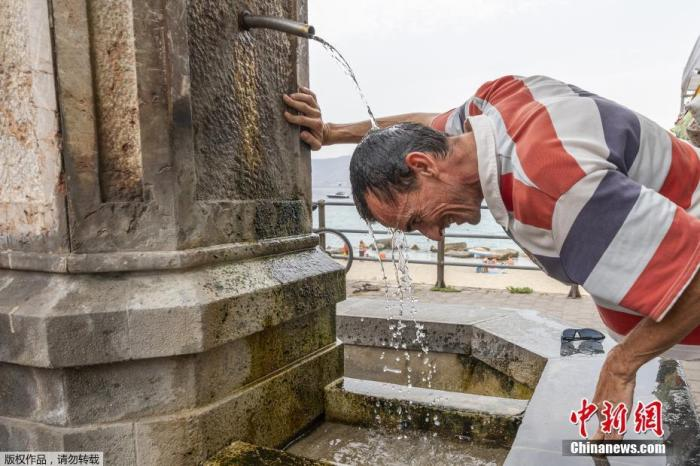 當地時間8月12日,意大利西西里島,一名男子在噴泉下淋水降溫。據報道,當日意大利西西里島錫拉庫薩省測得48.8℃的氣溫,這一數據已被當地氣象局確認,如經進一步認定,將創下歐洲有記錄以來的最高值。