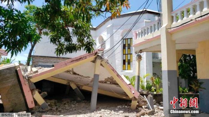 當地時間8月14日,海地Les Cayes,一座建筑在地震中倒塌。