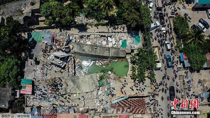 當地時間8月14日,海地Les Cayes,航拍被地震損毀的酒店。