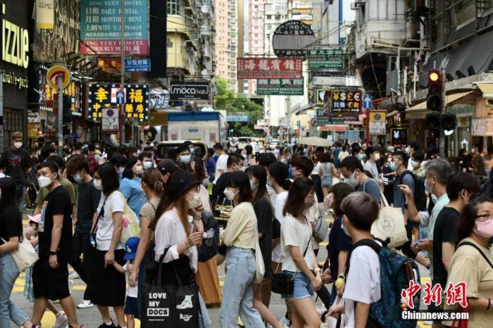 图为香港市民于旺角出行。 中新社记者 李志华 摄
