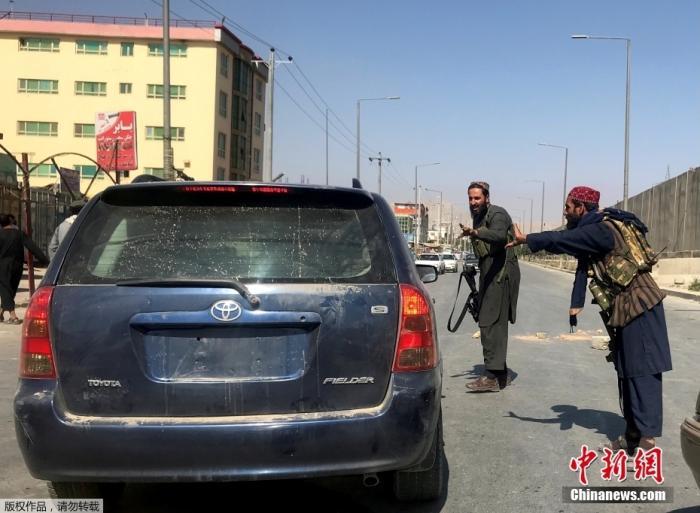当地时间8月16日,阿富汗首都喀布尔,阿富汗塔利班相关人员在街头巡逻。
