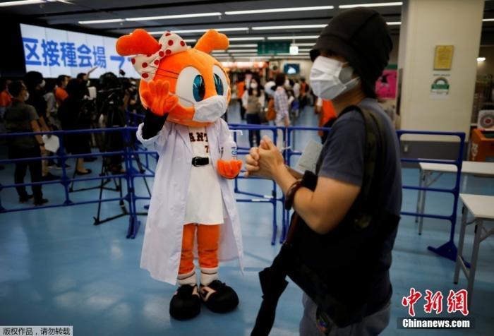 资料图:当地时间8月16日,日本东京巨蛋体育场成为新冠疫苗接种中心,民众有序前来接种疫苗。