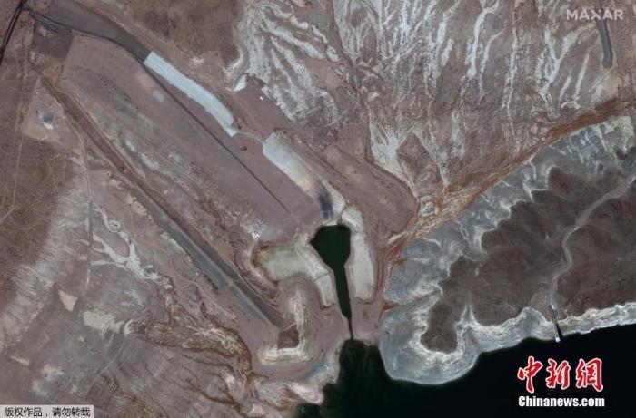 当地时间8月16日,美国联邦政府首次宣布科罗拉多河进入缺水状态,美国西南各州将被强制削减用水量。据报道,受持续干旱影响,科罗拉多河上由胡佛大坝拦蓄而成的米德湖水位降至前所未有的低点。图为米德湖局部鸟瞰图。