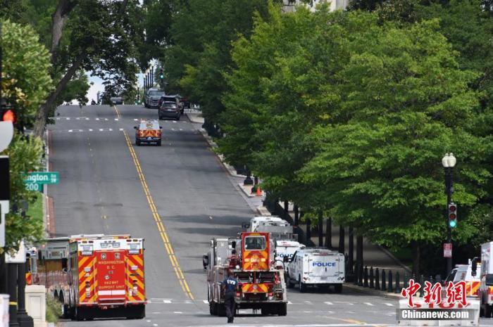 当地时间8月19日,一名男子驾驶黑色皮卡至国会图书馆前,并声称车上有炸弹。该事件导致美国国会大厦周边街道封锁,警方还疏散了周边国会办公楼和联邦最高法院里的工作人员。图为美国会大厦南侧的独立大道被封锁。 <a target='_blank' href='http://www.chinanews.com/'>中新社</a>记者 陈孟统 摄