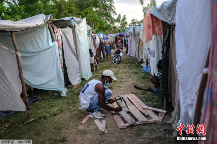 当地时间8月20日,海地莱凯市,大地震幸存者们在Viljoint社区建造了一个避难所。
