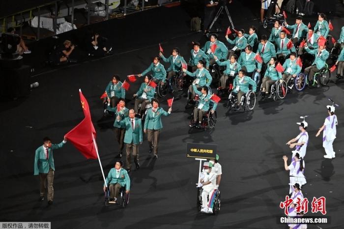 8月24日,日本东京,2020东京残奥会开幕式在东京新国立竞技场举行。图为中国代表团入场。