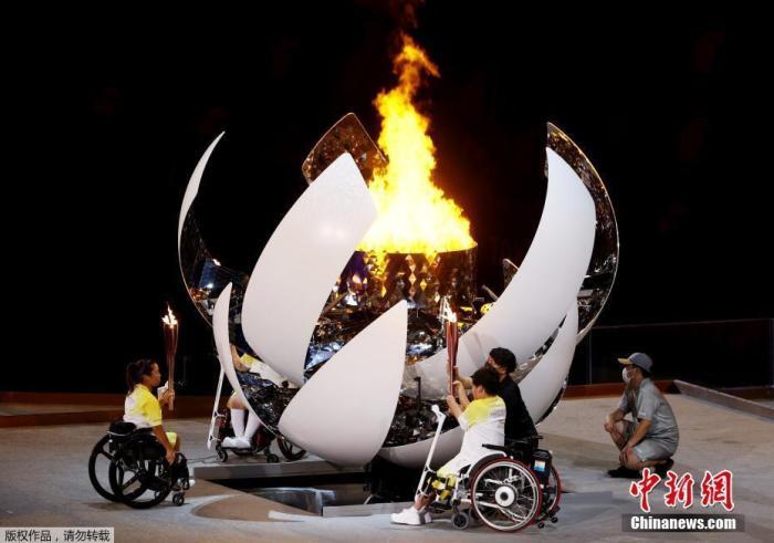 8月24日,日本东京,2020东京残奥会开幕式在东京新国立竞技场举行。图为残奥会火炬点火。