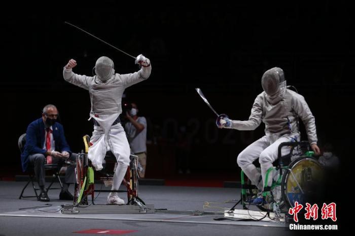 8月25日,东京残奥会首个比赛日,在男子佩剑个人A级角逐中,来自上海的选手李豪夺得冠军。这是中国代表团在本届东京残奥会上获得的首枚金牌。李豪今年27岁,他在上届世锦赛(世界杯)男子佩剑A级个人赛中获得亚军。这是李豪首次参加残奥会,本届赛事中,他还将参加男子花剑个人赛和团体赛的争夺。中国残联供图 陈曦 摄