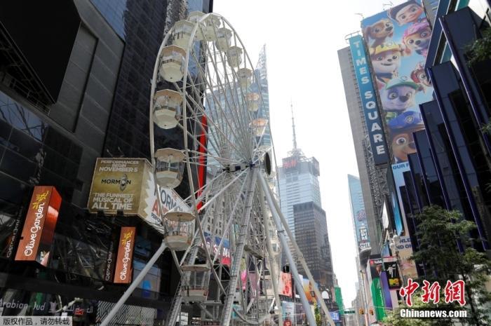 當地時間8月25日,美國紐約曼哈頓,時報廣場建立了一個高達110英尺的摩天輪,這座摩天輪將從8月25日運行至9月12日。做為政府鼓勵接種新冠疫苗的措施之一,每天將允許100名已經接種新冠疫苗的游客免費搭乘摩天輪。