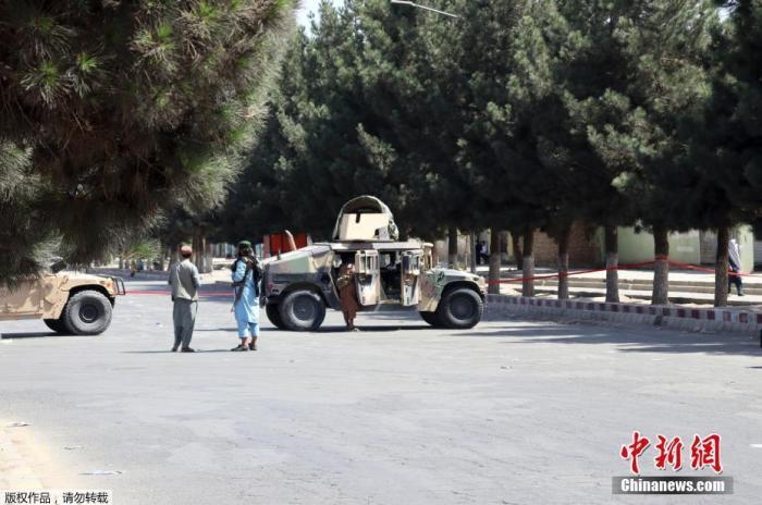当地时间8月27日,阿富汗喀布尔机场附近的道路上,阿富汗塔利班成员在街头执勤。据报道,26日晚机场附近发生的爆炸事件已导致许多阿富汗人伤亡。一位阿富汗塔利班官员称,至少有28名塔利班成员在阿富汗喀布尔机场外发生的爆炸中丧命。此外,美军中央司令部还称,爆炸导致13名美军身亡。