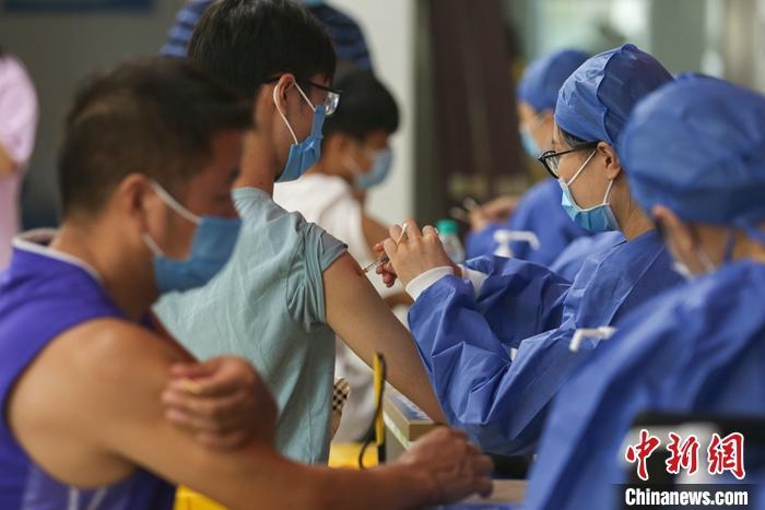 资料图:市民接种新冠疫苗。 中新社记者 刘力鑫 摄