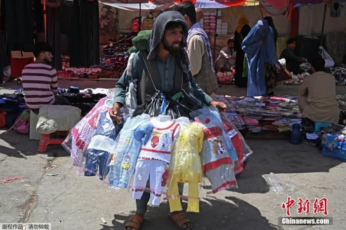 当地时间8月28日,阿富汗喀布尔市中心一集市,商贩兜售儿童服装。