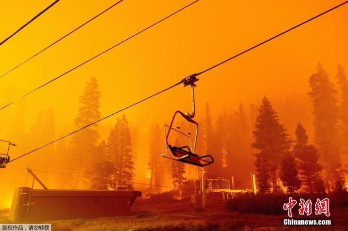 美加州山火蔓延!一度假胜地浓烟笼罩 撤离车辆排长龙图片