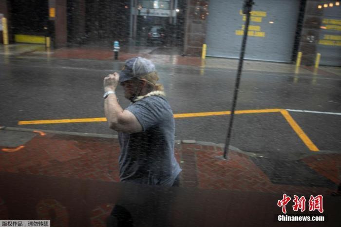 """当地时间8月29日,美国路易斯安那州新奥尔良市感受到飓风""""艾达""""的影响带来强降雨,一名妇女在雨中行走。"""