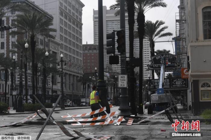 """当地时间2021年8月29日,4级飓风""""艾达""""登陆美国南部路易斯安那州,引发大面积断电,超百万户受影响。其中新奥尔良全城断电。目前""""艾达""""已降级为二级飓风。"""