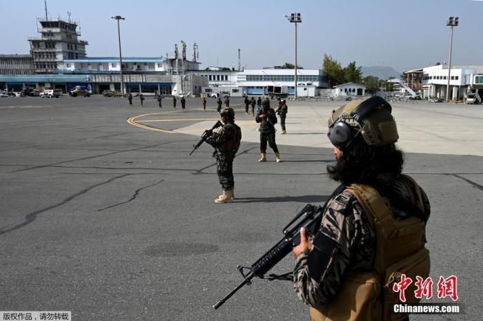 当地时间8月31日,美军所有部队撤离阿富汗后,阿富汗塔利班巴德里特种部队在喀布尔机场站岗。