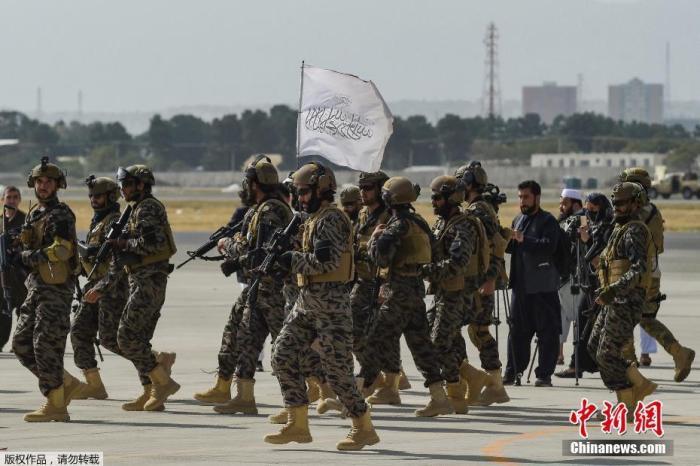 当地时间8月31日,美军所有部队撤离阿富汗后,阿富汗塔利班巴德里特种部队抵达阿富汗机场。