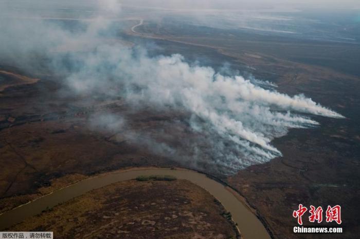 当地时间2021年8月31日,阿根廷,受连日干旱的影响下,圣尼古拉斯附近的巴拉那河三角洲发生火灾。南美最大、最重要的湿地生态系统巴拉那河三角洲正在干涸,并达到几十年来的最低水平,专家指出,这是全球变暖、集约化农业和森林砍伐造成的。