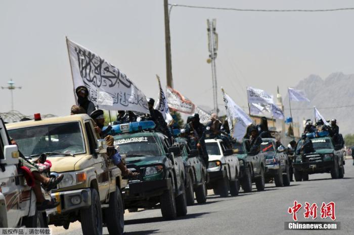 """当地时间9月1日,阿富汗坎大哈,塔利班举行""""阅兵""""庆祝美军撤离。法新社称,在阿富汗第二大城市坎大哈外的一条高速公路上,一长列绿色车辆排成一列,车上都挂着塔利班旗帜,塔利班士兵站在缴获的悍马车上。当地时间8月30日,美国国防部宣布,美国已完成从阿富汗撤军行动。撤离过程中,美军留下了大量武器装备,价值据说高达大约850亿美元,其中包括7.5万辆汽车、200架飞机和直升机,以及60万件小型武器和轻武器。"""