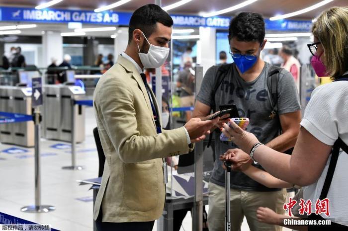"""当地时间2021年9月1日,意大利米兰,工作人员在机场检查乘客的绿色通行证。从9月1日起,意大利的绿色通行证的使用范围将扩大,火车、飞机和长途巴士、轮船必须出示""""绿色通行证"""",大学生也须持""""绿通证""""上学。"""