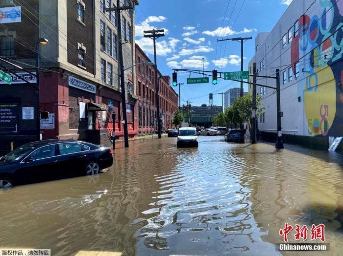 """资料图:当地时间9月2日,美国东北部大片地区遭遇暴雨和局部洪水袭击,已降级为后热带气旋的""""艾达""""造成的死亡人数已超过40人。图为当地时间9月2日,受飓风""""艾达""""影响,美国新泽西州西南部霍博肯遭暴雨侵袭,街道被水淹。"""