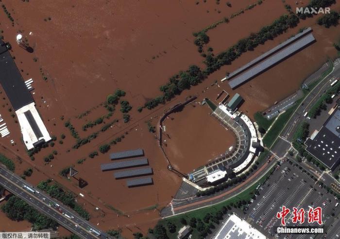 当地时间9月2日,飓风事后,美国新泽西州布里奇沃特镇的道明银走棒球场遭洪水进攻。