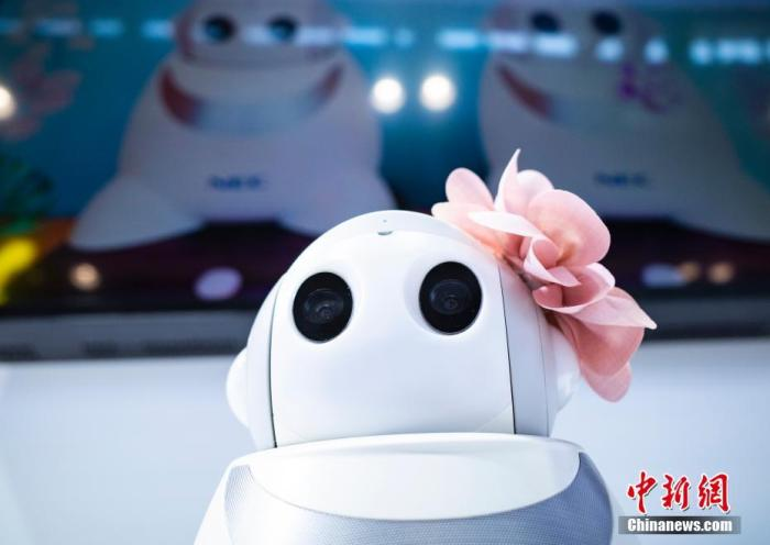 """9月6日,2021年中国国际服务贸易交易会继续在北京举行,在国家会议中心展区,各展台展品的细微之处彰显特色与趣味。图为日本NEC公司展台展示的""""照护机器人""""。 中新社记者 侯宇 摄"""
