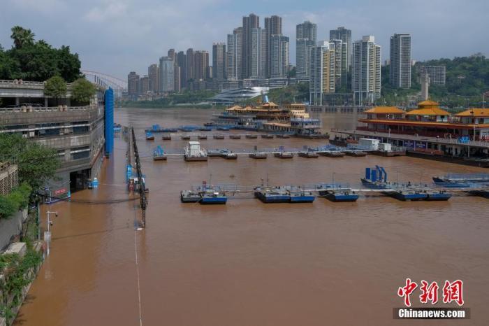 9月7日,重庆朝天门码头沿江低洼地带被水淹没。 <a target='_blank' href='http://www.chinanews.com/'>中新社</a>记者 何蓬磊 摄