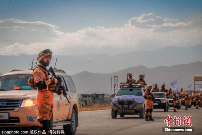"""近日,阿富汗塔利班一组宣传图片流出。据悉,这组宣传图片拍摄于2021年8月和9月,展示了刚刚对阿富汗取得控制权的阿富汗塔利班名为""""胜利之力""""(""""Fatih Zwak""""或""""Victorious Force"""")的运动,其中的大多数塔利班成员使用的都是美国车辆、制服和装备。图片来源:Sipaphoto 版权作品 请勿转载"""