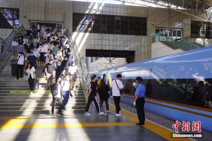 资料图:旅客进入火车站月台。 中新社记者 刘鹏 摄