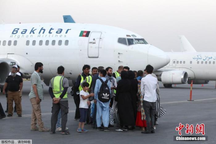 当地时间9月9日,阿富汗喀布尔,自美军全面撤出,阿富汗塔利班接管后,首架国际航班从喀布尔国际机场起飞。据报道,美国白宫国家安全委员会9日称,在塔利班配合下,一架载有美国公民与其他合法永久居民离开阿富汗的包机,已经平安降落在卡塔尔。图为等待登机的乘客。