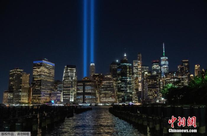 """当地时间9月10日,美国纽约,纽约""""纪念光柱""""亮灯,纪念 """"9·11""""事件20周年。图为""""纪念光柱""""出现在夜空。"""