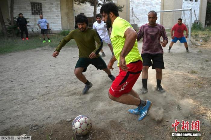 资料图:当地时间2021-09-27,阿富汗首都喀布尔,当地运动爱好者在操场上踢足球。