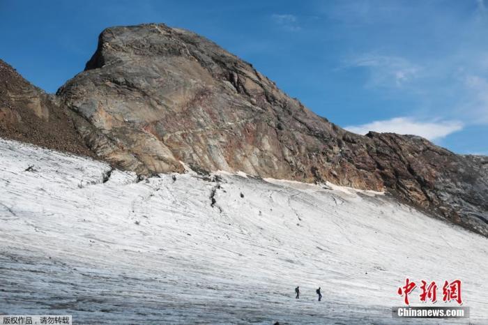 资料图:9月14日消息,近日,在法国比利牛斯山脉,法国冰川学者在比利牛斯山脉的奥索冰川测量冰的高度。奥索冰川是法属比利牛斯山脉最高和最大的冰川。专家预计,由于气候变化,它将在2050年左右消失。