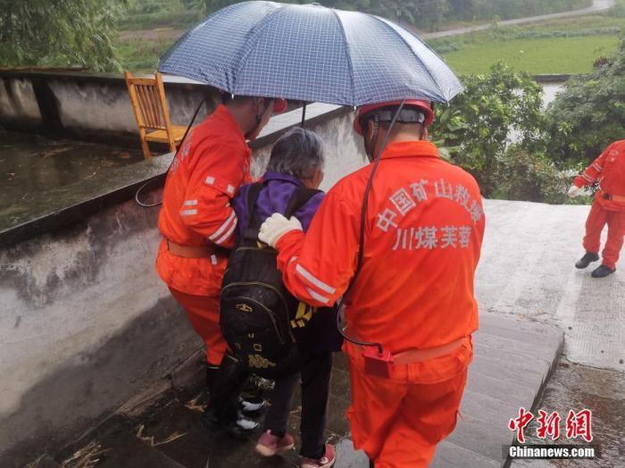 9月16日,四川泸州泸县发生6.0级地震后,救援人员转移群众。谢培林 摄