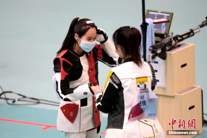 图为赛后杨倩(右)向王芝琳(左)表示祝贺。 <a target='_blank' href='http://forskolinfuelextract.com/'>中新社</a>记者 张远 摄