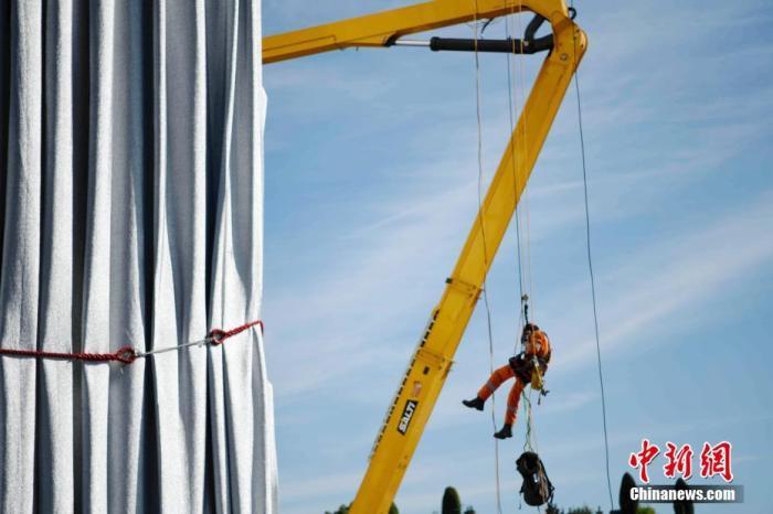 闻名世界的巴黎地标凯旋门被包裹起来,引发全球瞩目。包裹项目工程当地时间9月16日已基本完工,施工人员正在进行最后的技术处理。图为施工人员在凯旋门内作业。 中新社记者 李洋 摄