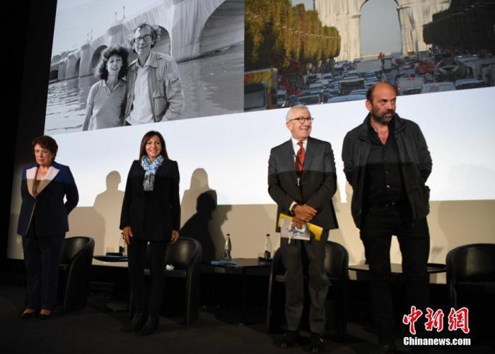 当地时间9月16日,亚瓦切夫(右一)与法国文化部长巴舍洛(左一)、巴黎市长伊达尔戈(左二)共同亮相。背景照片为克里斯托与夫人的合影。 中新社记者 李洋
