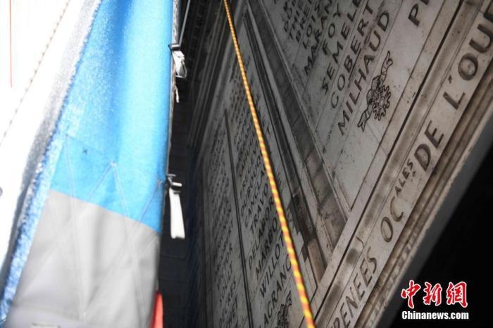 闻名世界的巴黎地标凯旋门被包裹起来,引发全球瞩目。包裹项目工程当地时间9月16日已基本完工,塑料织布已经覆盖了凯旋门的全部外表面。在凯旋门内部,仍可以透过塑料织物看到凯旋门上的浮雕文字。 中新社记者 李洋 摄