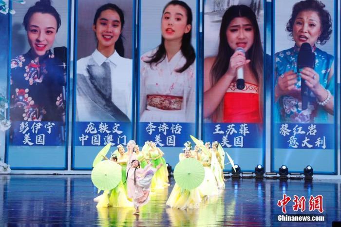 """9月17日,2021年""""文化中国·水立方杯""""中文歌曲大赛联欢晚会在北京广播电视台大剧院落幕。图为歌舞表演。 记者 韩海丹 摄"""