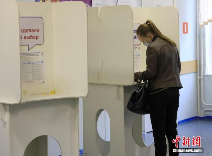 当地时间9月17日,一名选民在投票站内填写选票。俄罗斯第8届国家杜马(议会下院)选举以及39个地方议会和9个联邦主体首脑选举当天举行。 中新社记者 王修君 摄