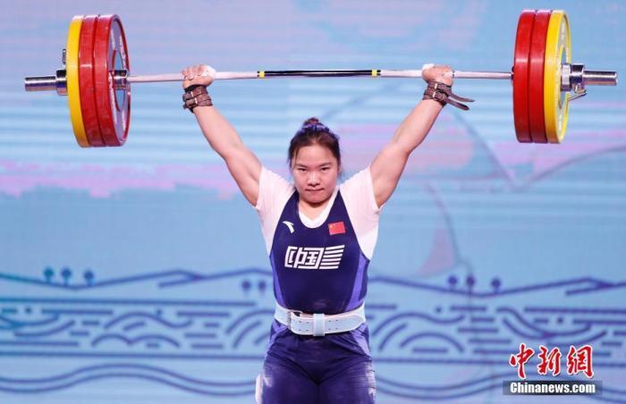 9月18日,第十四届全运会举重女子76公斤级决赛在陕西渭南举行。里约奥运会冠军向艳梅以抓举118公斤、挺举157公斤、总成绩275公斤夺冠,在该项目上成功卫冕。她同时刷新了挺举和总成绩两项全国纪录,157公斤的挺举成绩更是超过世界纪录。图为向艳梅在比赛中。 <a target='_blank' href='http://www.chinanews.com/'>中新社</a>记者 蒋启明 摄